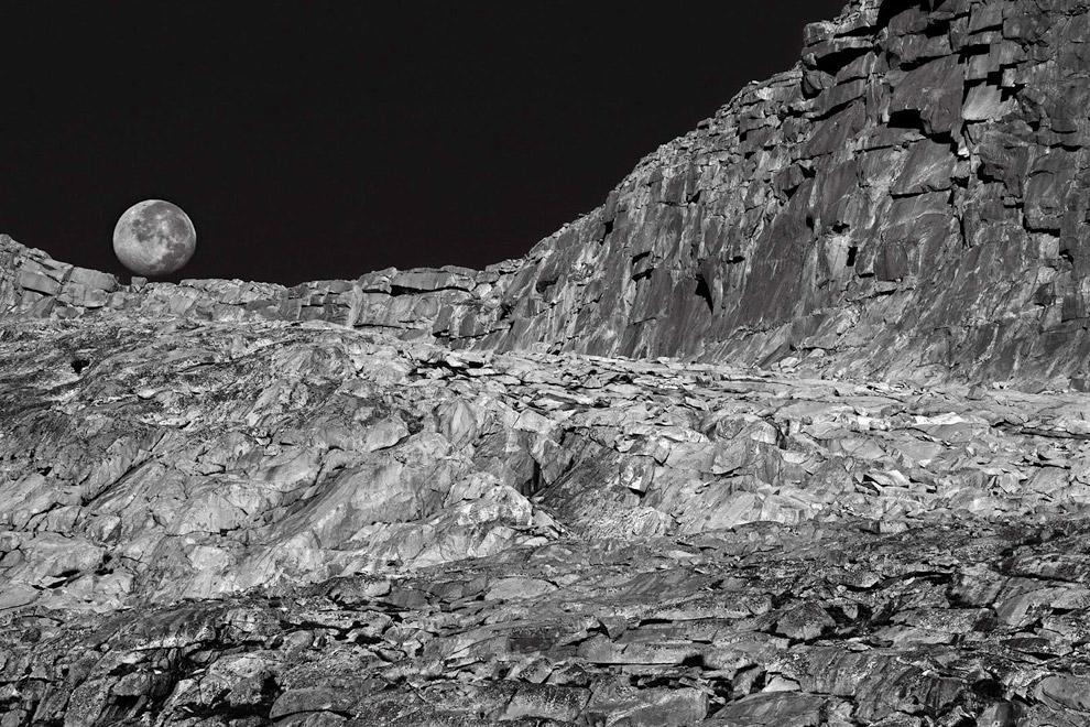 Луна над гранитными скалами возле Донахью Пасс