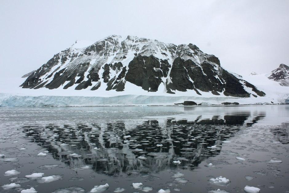 Гора и залив, который еще недавно был покрыт ледником Шелдона