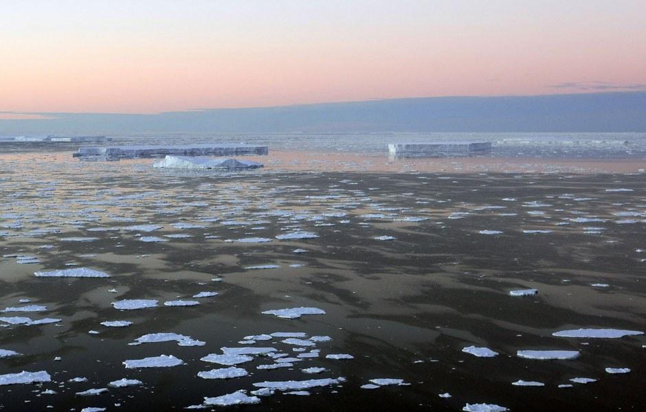 Гигантские столовые айсберги, отколовшиеся от шельфовых ледников Антарктиды