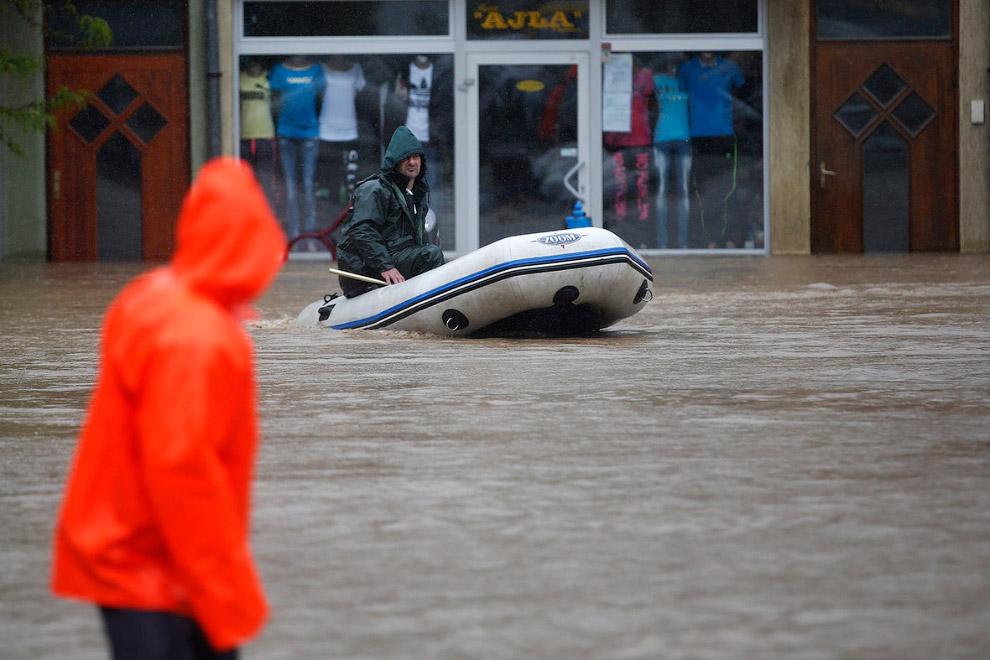 Лодка – лучший транспорт на затопленных улицах Боснии