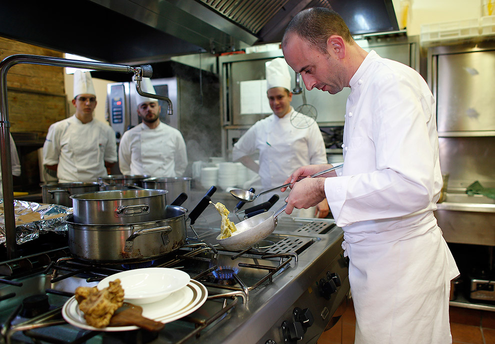 После аукциона шеф-повар ресторана Ristorante al Castello, удостоенный мишленовской звезды, готовит из трюфелей пасту