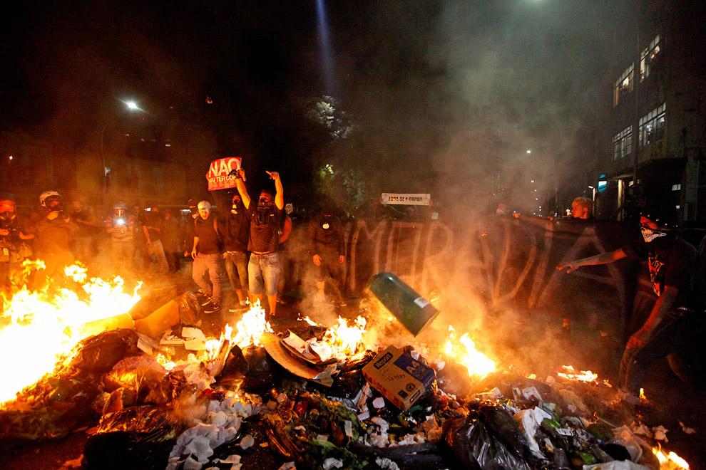 Протестующие перекрывали улицы в Сан-Паулу и Рио-де-Жанейро, жгли покрышки и бросали в полицейских камни