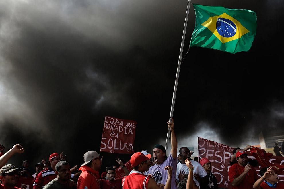 Полиция крупнейших бразильских городов Сан-Паулу и Рио-де-Жанейро применяла слезоточивый газ для разгона многотысячной акции протеста
