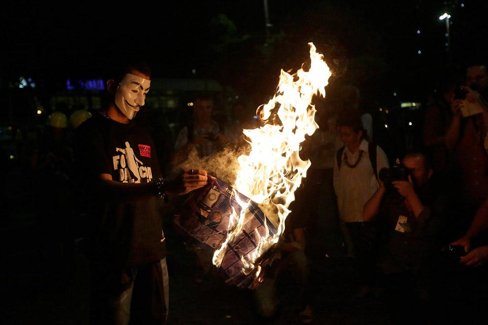 Маска Анонимуса - очень популярный аксессуар во всех зарубежных акциях протеста
