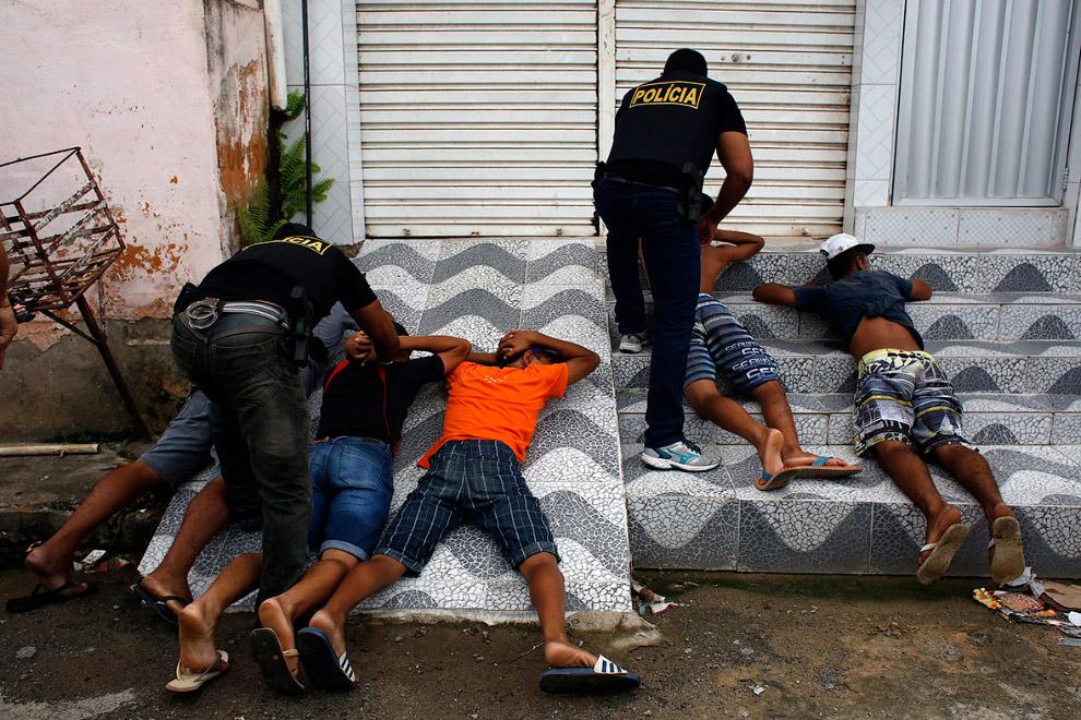 Полиция задерживает подозреваемых в мародерстве