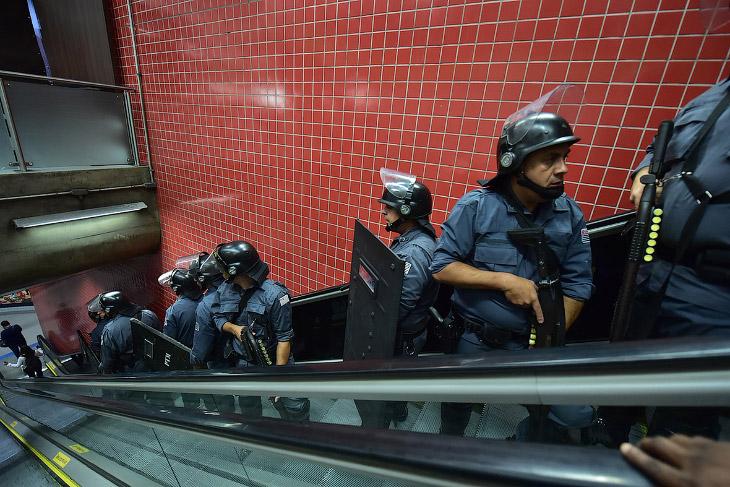 Протесты прошли и во многих городах, включая столицу страны Бразилиа. На снимке: полицейские ищут особо агрессивных протестующих в метро