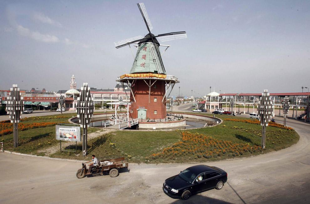 Ветряна мельница посреди Голландской деревни в Шеньяне