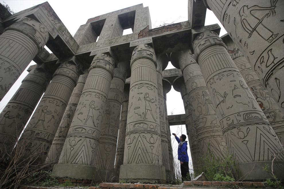 Резные колонны в Ухане - самом густонаселенном городе центрального Китая