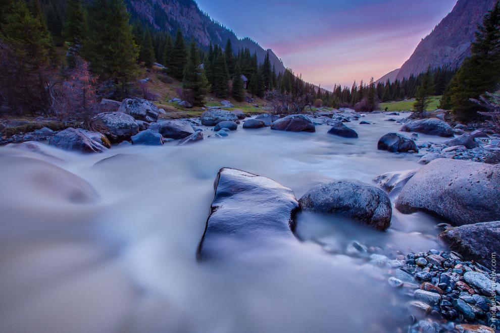 Закат на реке в ущелье Кара-Баткак