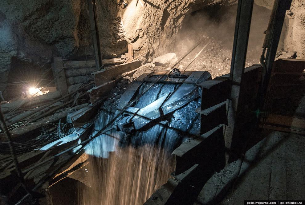 Погрузка руды в вагоны электровоза
