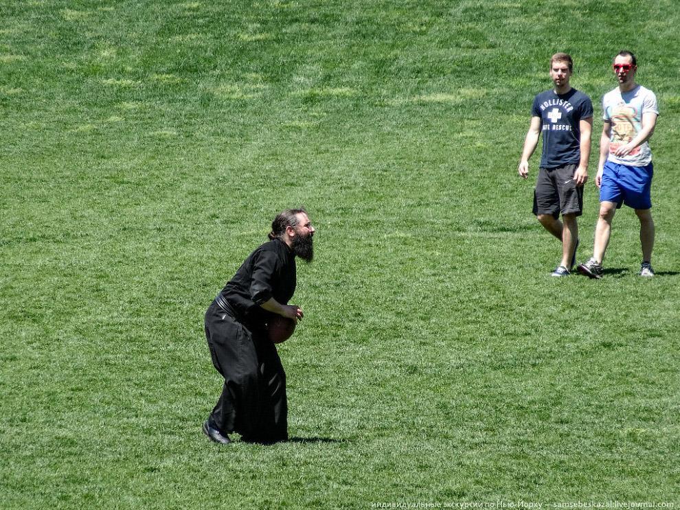 Православный священник играет в американский футбол в Центральном парке