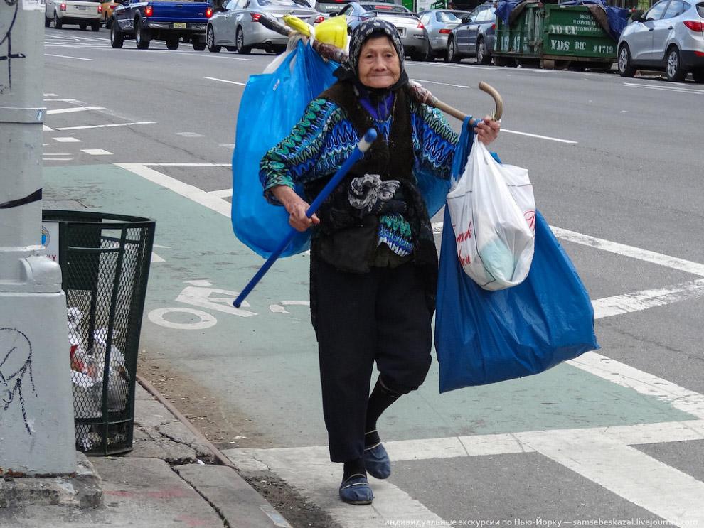 Китайская бабулька собирающая пустые пластиковые бутылки на Манхеттене