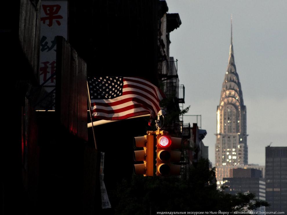 Флаг, светофор и небоскреб