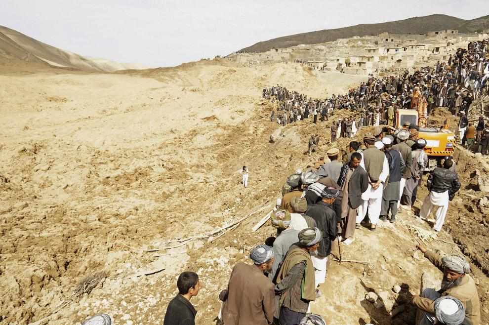 Жители кишлака на месте оползня в провинции Бадахшан