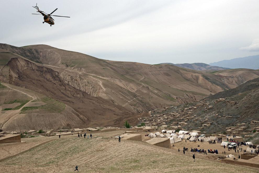 Временный палаточный городок и вертолет спасателей
