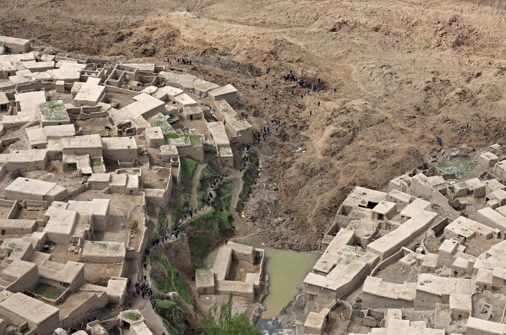 Край оползня, похоронившего часть кишлака, Афганистан