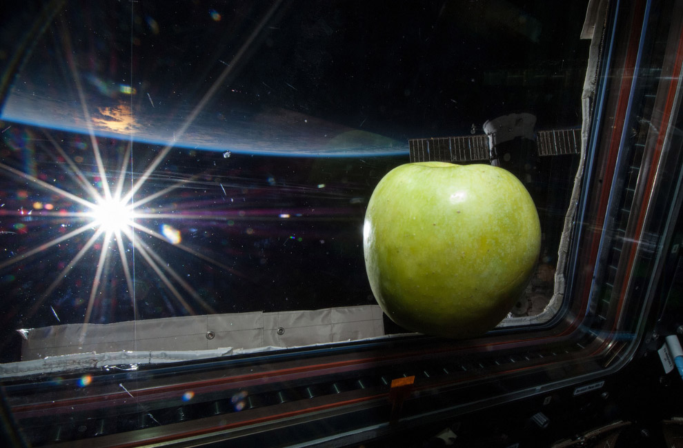 Яблоко на борту МКС и яркое Солнце