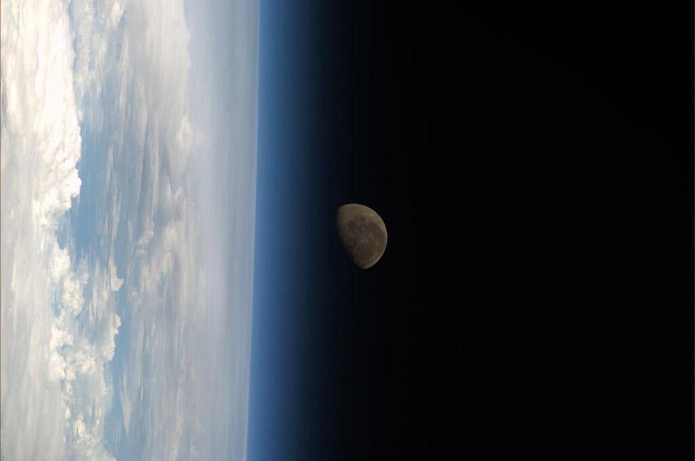 Луна и лимб - видимый край Земли