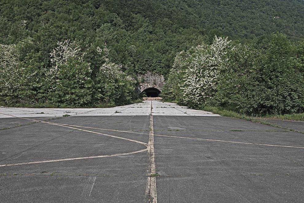 Бывший бункер для военных самолетов в Югославии