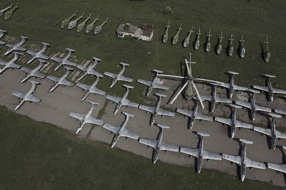 Заброшенные самолеты на аэродроме в Украине
