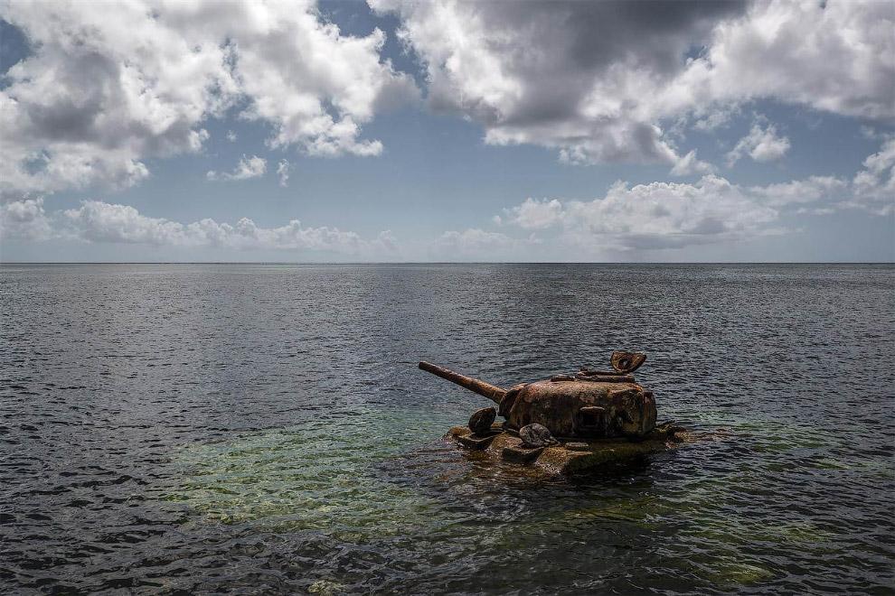 Американский танк у берегов острова Сайпан в Тихом океане