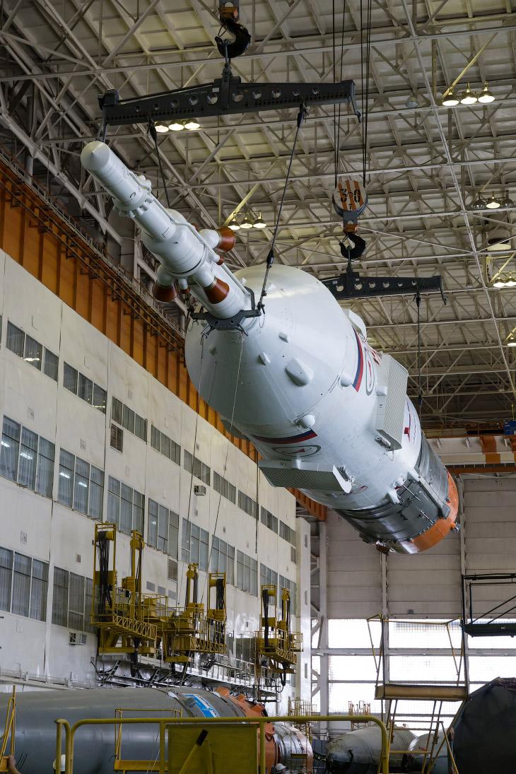 Ракета-носитель «Союз-ФГ»и космический корабль «Союз ТМА-13М» в монтажно-испытательном комплексе Байконура