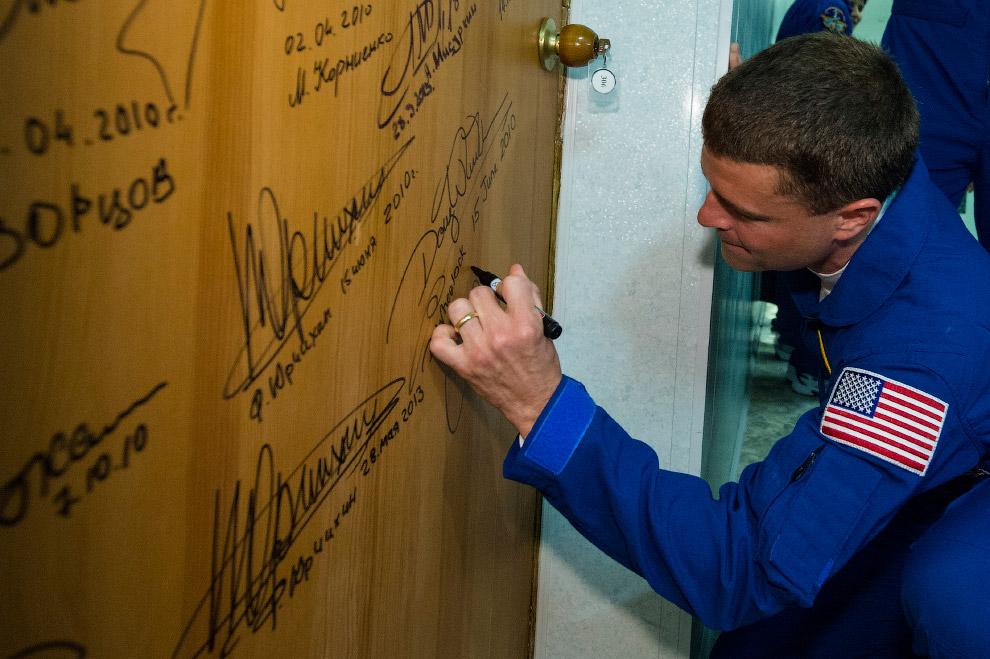 Еще одна традиция — расписаться на двери своего номера в гостинице «Космонавт», где обычно живут члены экипажа перед стартом