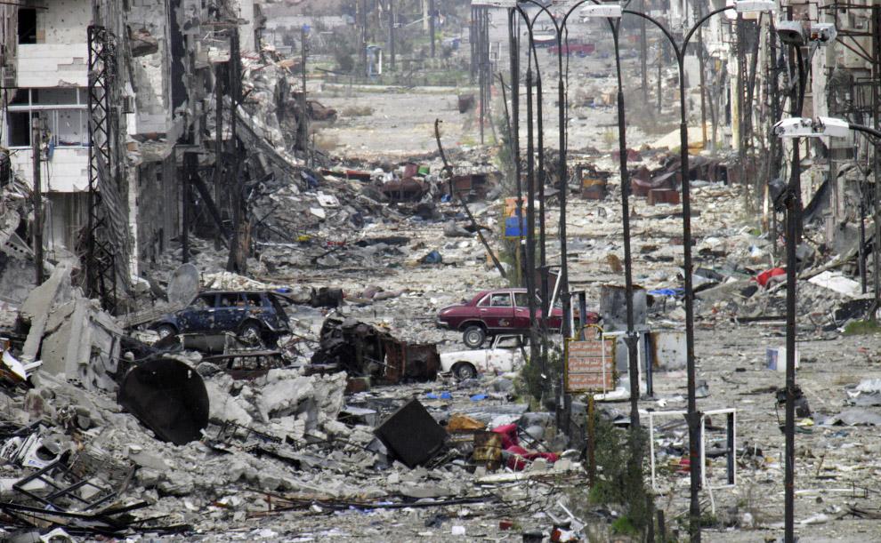 Из-за обломков зданий по этой улице в Хомсе так просто не пройти