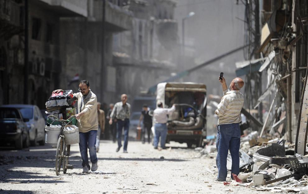 Местный житель делает фотографию на память, Хомс