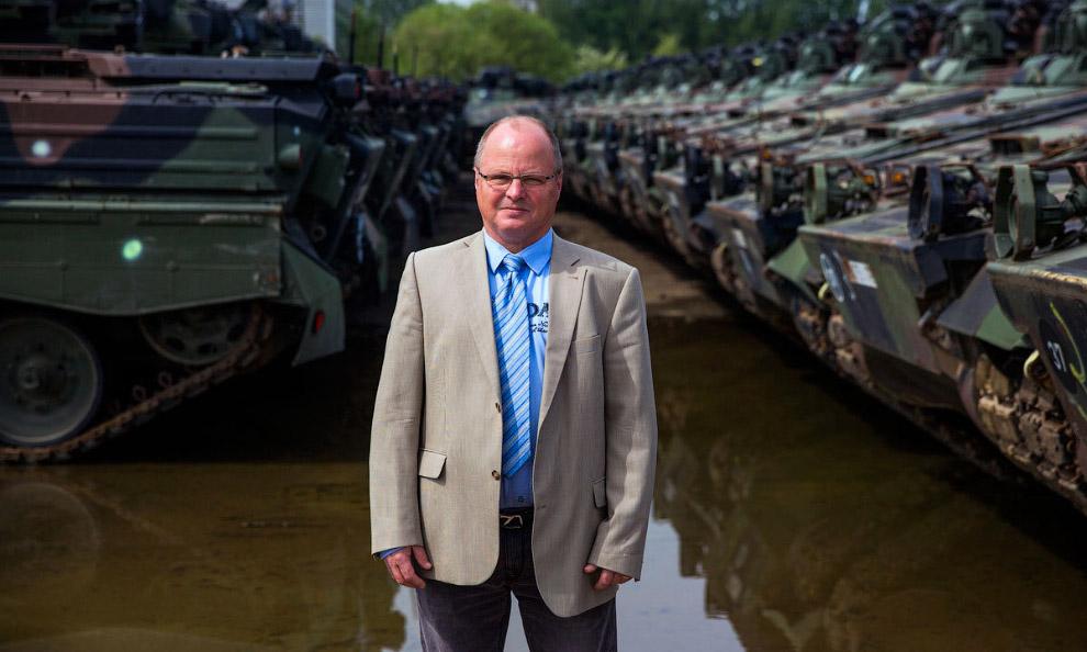 А вот и он, руководитель фирмы по разбору танков Петер Кох