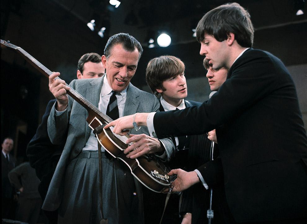 Пол Маккартни (справа) показывает свою гитару Эду Салливану перед прямым эфиром в Нью-Йорке