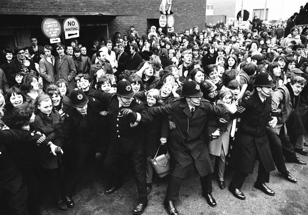 Полицейские сдерживают толпу поклонников, Лондон