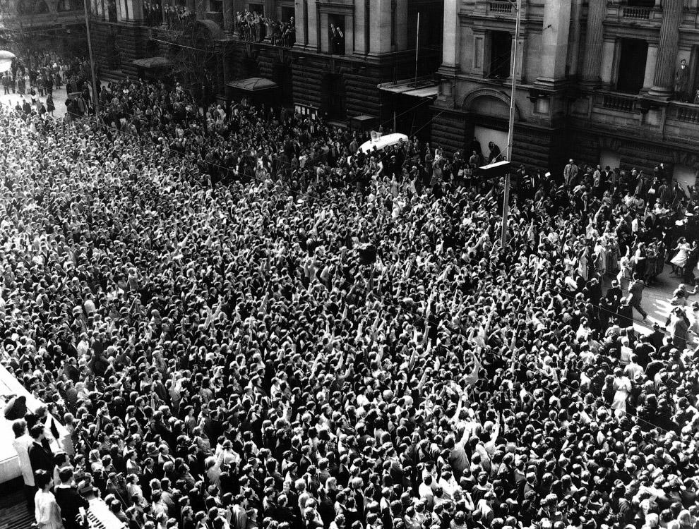 Во время тура Битлс по Австралии и Новой Зеландии. Толпа поклонников в Мельбурне