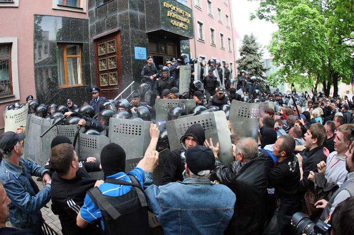 Столкновение у прокуратуры в Донецке