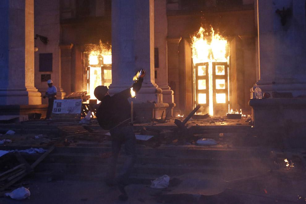 Экстремисты забрасывают здании Дома профсоюзов в Одессе коктейлями Молотова