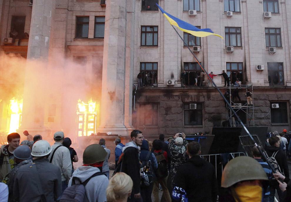 Люди спасаются из горящего здания