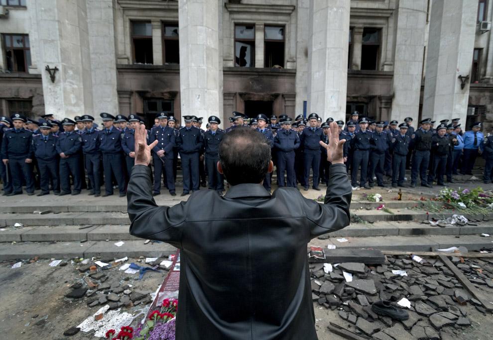 Милиция и цветы около здания Дома профсоюзов в Одессе