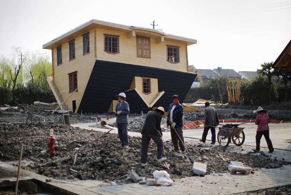 Дом вверх дном в районе Цзиньшань к югу от Шанхая, Китай