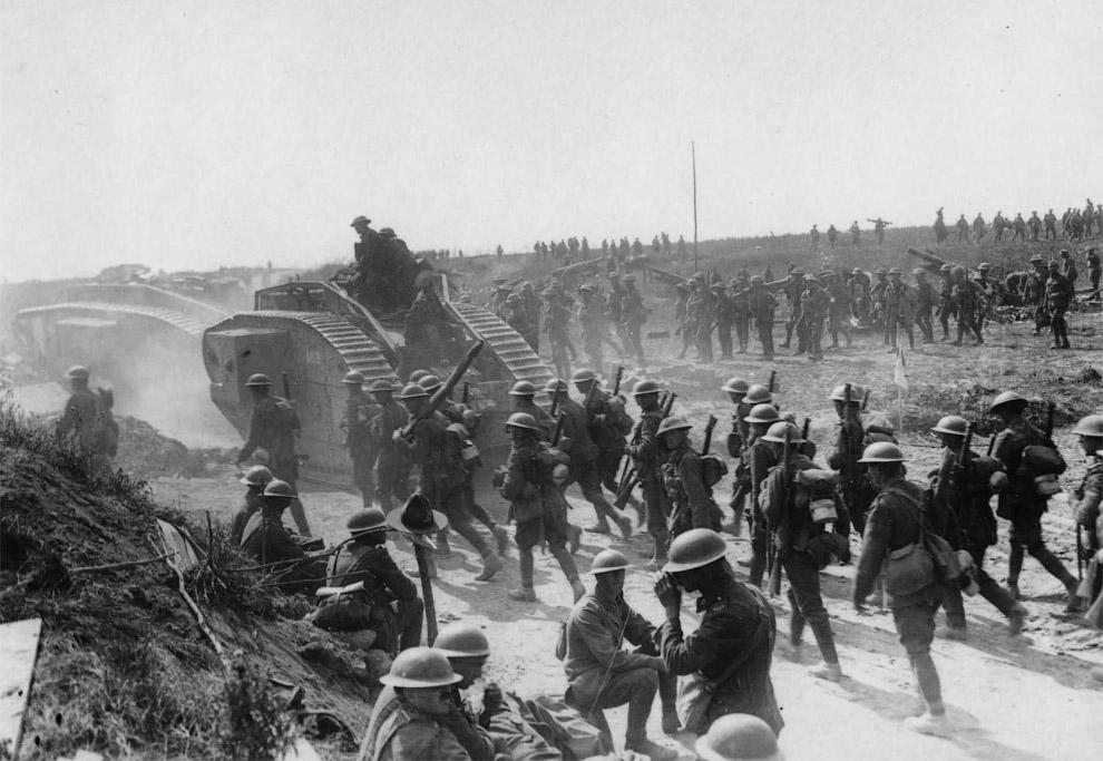 Видны два танка времен Первой мировой войны
