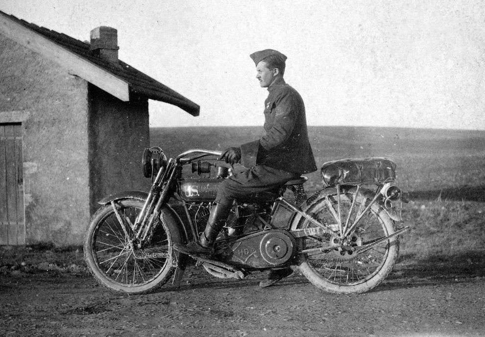 Солдат на мотоцикле Harley-Davidson