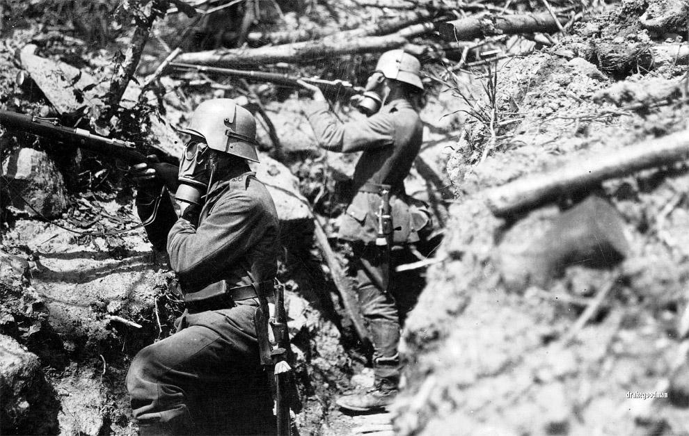 Немецкие солдаты в противогазах и защитных касках