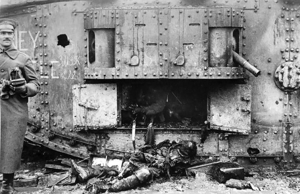 Немецкий солдат рядом с британским тяжёлым танком Mark IV