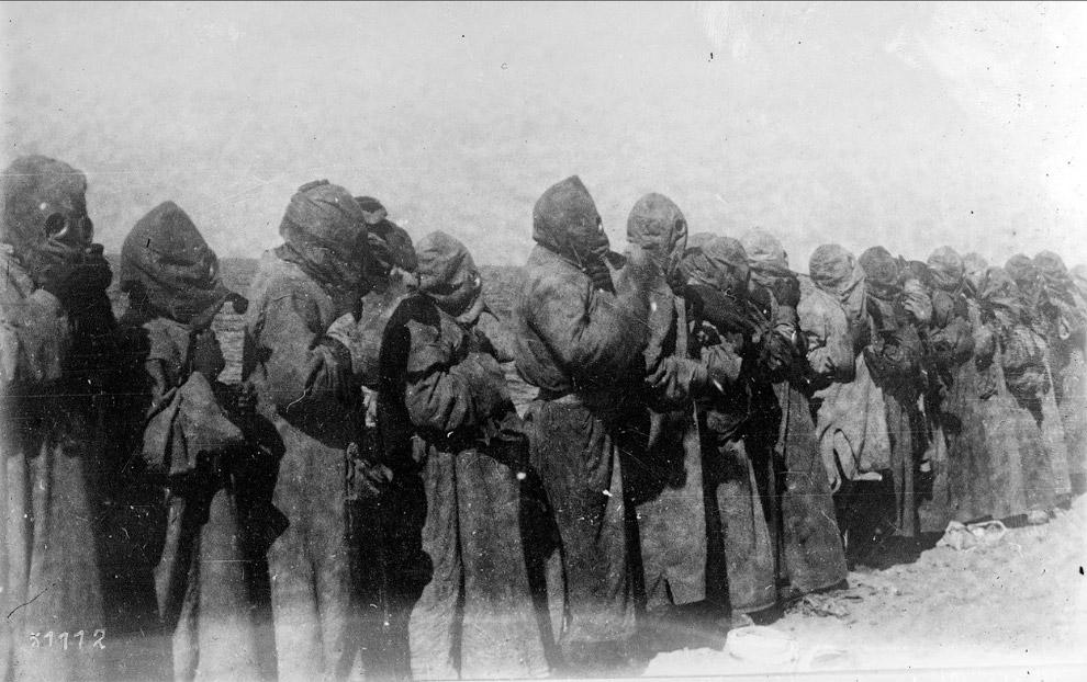 Люди в противогазах в Месопотамии в 1918 году