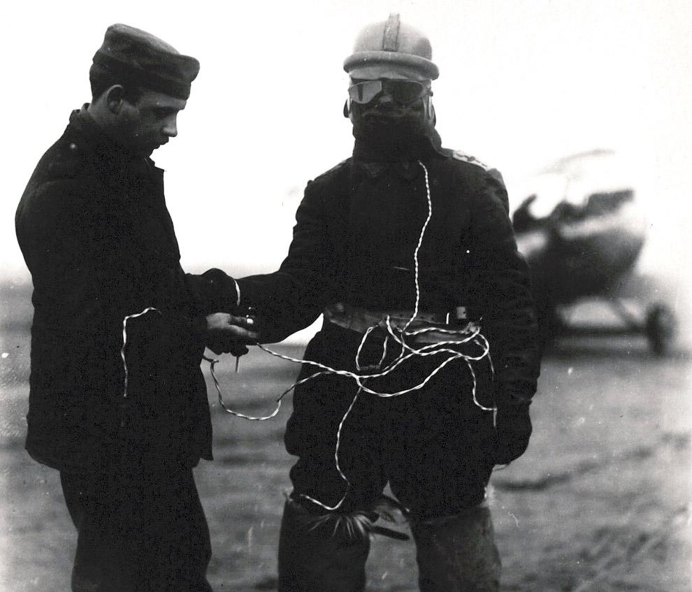 Инновационный костюм немецкого летчика с электрическим подогревом, маской, жилетом и меховыми сапогами