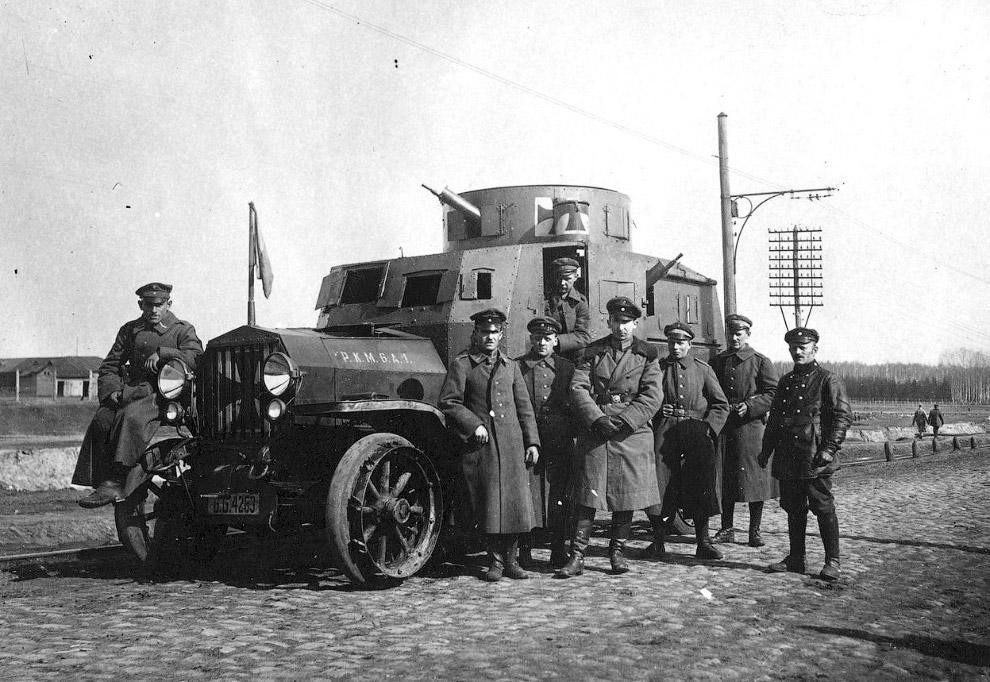 Немецкие офицеры и броневик, Украина