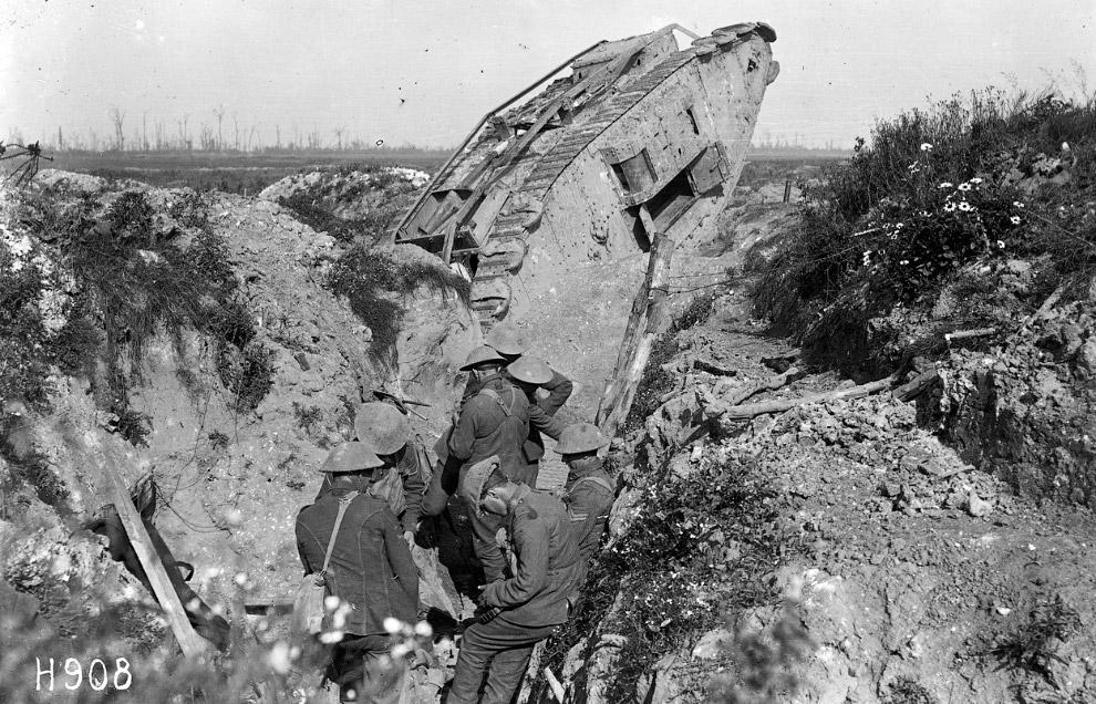 Ново-Зеландские солдаты и танк «Прыгающая Дженни» (Jumping Jennie) в окопе
