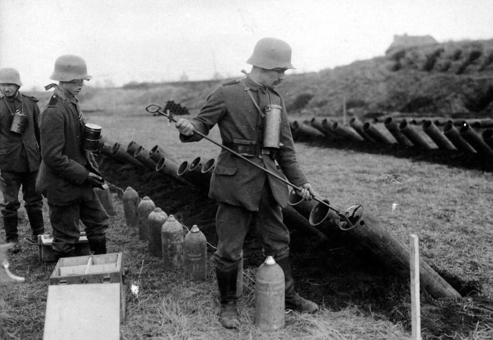 Немецкие солдаты готовят к запуску снаряды с газом