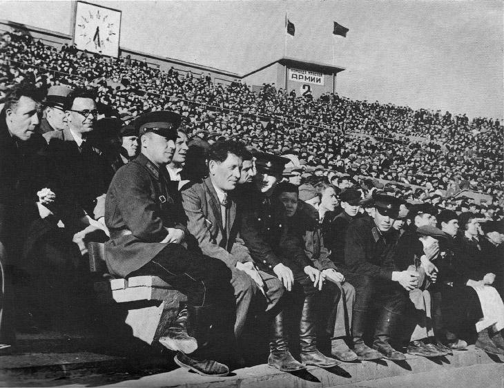 Последние дни мира. Толпы футбольных болельщиков на стадионе Динамо