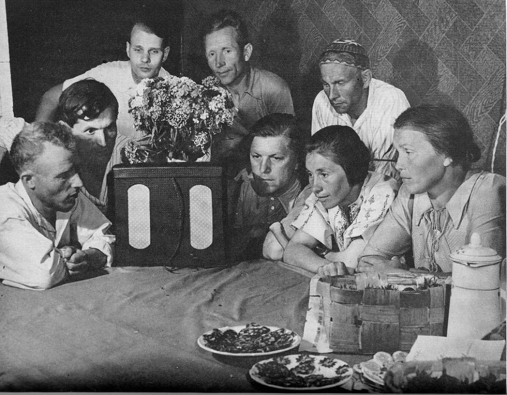 Члены колхоза «Путь Ильича» слушают новости о начавшейся войне