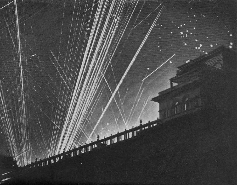 Паутина на небе показывает, как хорошо защищен город от авианалетов